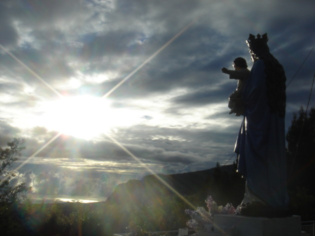 Panna Mária nad Indickým oceánom s dieťatkom. Foto AP