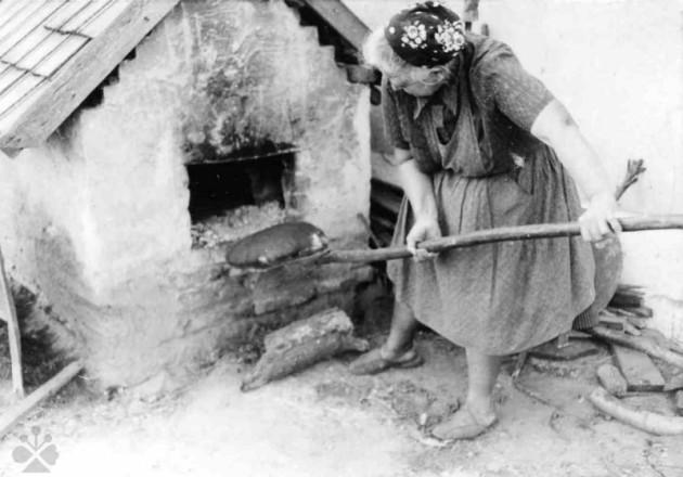 pečie chlieb